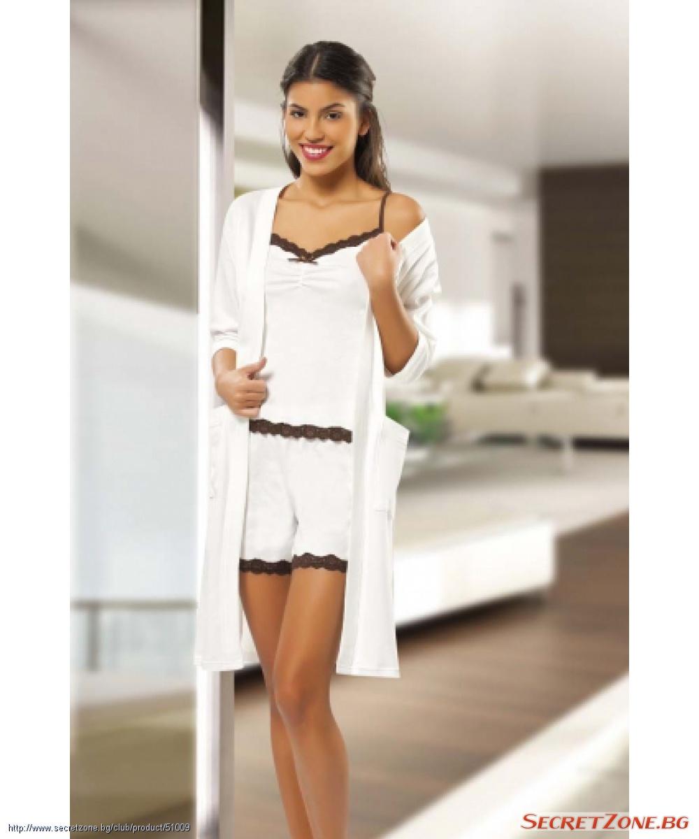 2b1d78cfc43 Чудесен дамски комплект в бяло от халат и къса пижама с дантелена ...